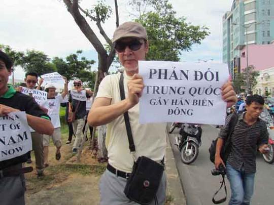 Người nước ngoài cũng tham gia cuộc biểu tình phản đối Trung Quốc gây hấn ở biển Đông.