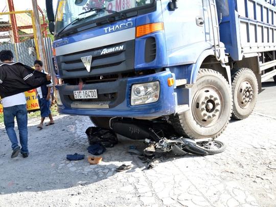 Chạy xe máy cắt ngang trước đầu xe tải khiến anh Hữu và người cháu phải nhập viện.
