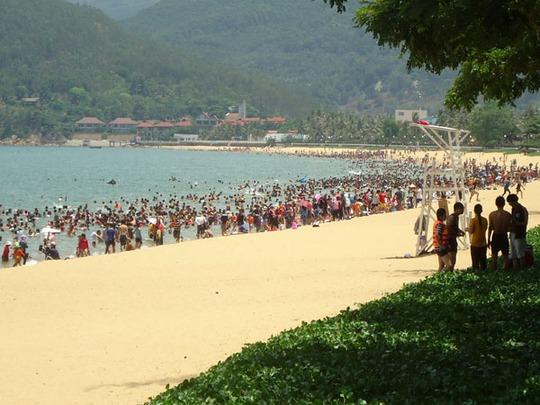 Bãi tắm Quy Nhơn thu hút nhiều du khách nhờ nét hoang sơ