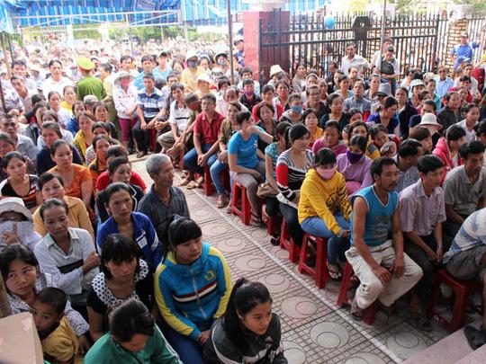 Hàng trăm người dân ngóng chờ bản án nghiêm minh