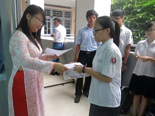 Học sinh tại Hội đồng thi trường THCS Trần Văn Ơn (quận 1) đang vào phòng thi. Ảnh: Đ.Trinh