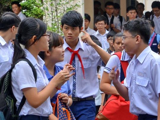 Thí sinh tại Hội đồng thi trường THPT chuyên Lê Hồng Phong, quận 5 sau giờ thi văn. Ảnh: Tấn Thạnh