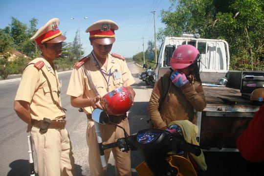 Nhiều mũ bảo hiểm có dán tem nhưng việc phân biệt tem giả, thật gặp nhiều khó khăn ở Quảng Nam