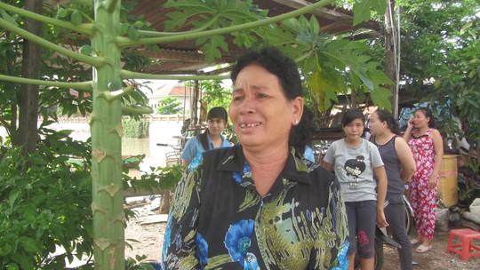 Người phụ nữ này không cầm được nước mắt khi nghe tin người thân gặp nạn