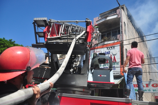 Việc chữa cháy gặp nhiều khó khăn do đám cháy nằm trên tầng cao