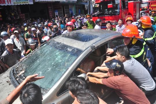 Người dân và công an cùng nhau khiêng xe ô tô ra ngoài
