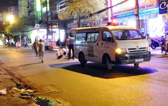 Nạn nhân được đưa đi cấp cứu. Trước đó không ai dám di chuyển nạn nhân vì chân bị gãy vắt lên bụng