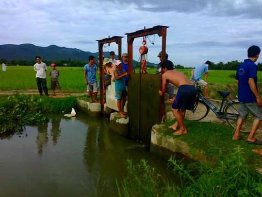 Người dân địa phương chặn dòng kênh để tìm thi thể em Nghĩa