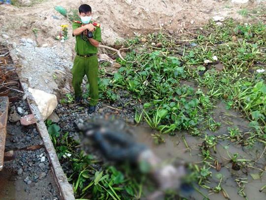 Lực lượng công an tại hiện trường nơi phát hiện tử thi