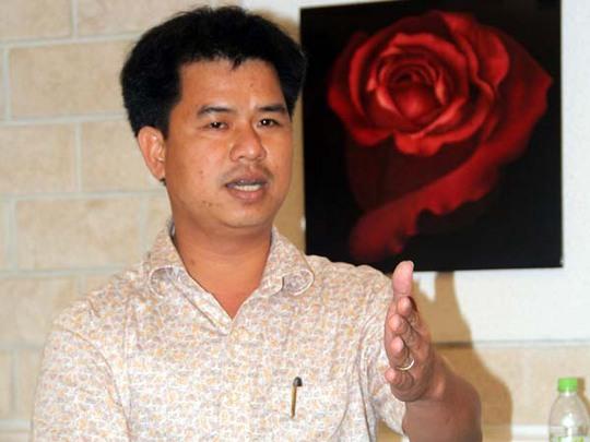 Ông Lê Đình Thuật, đại diện của công ty TNHH MTV Xăng dầu Trường Xuân bất ngờ xuất hiện tại cuộc họp báo để đòi nợ