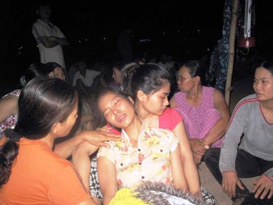 Bà Nguyễn Thị Quệ (xã Hoà An, huyện Phú Hoà, Phú Yên) ngất lịm trước cái chết đột ngột của chồng, con và cháu
