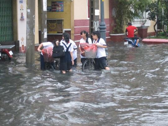 Rất nhiều học sinh không thể đạp xe về nhà khi nước ngập đến đầu gối