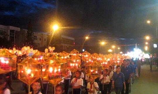 Hàng ngàn học sinh ở TP Phan Thiết tham gia lễ rước đèn Trung thu