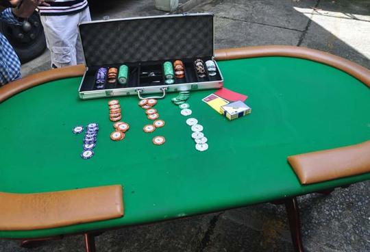 Bàn đánh poker và phỉnh tại hiện trường.