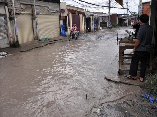 Mặc dù trời không mưa nhưng đường 18B vẫn luôn đầy nước