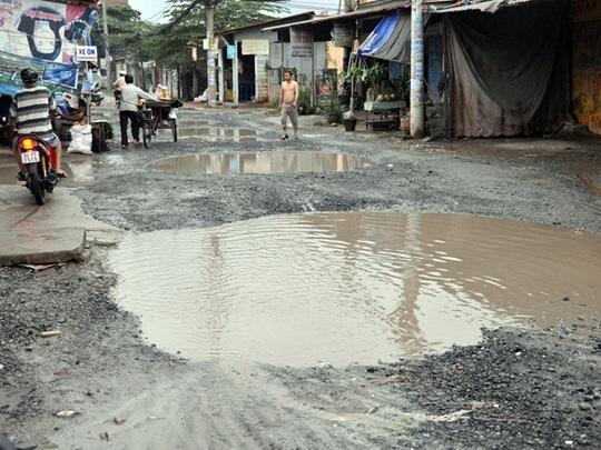 Đường xuống cấp, mặt đường xuất hiện nhiều hố sâu với khiến việc lưu thông của người dân gặp rất nhiều khó khăn