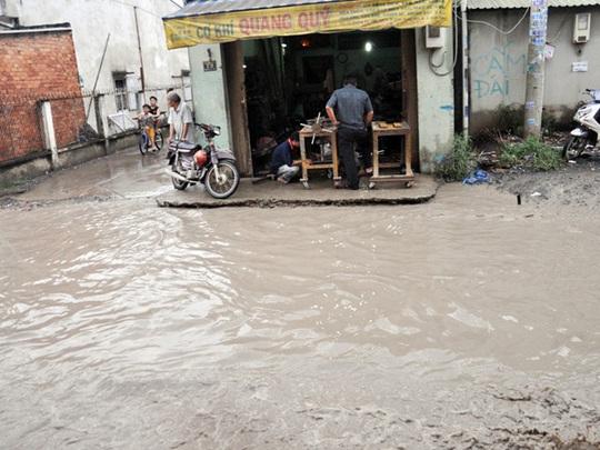 Khắp con đường đều là nước khiến sinh hoạt của những nhà dân hai bên đường bị đảo lộn.