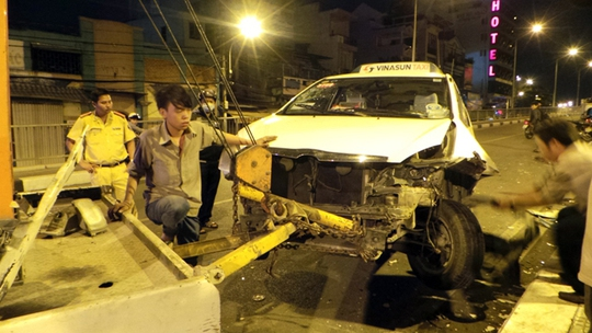 Đầu xe taxi hư hỏng nặng