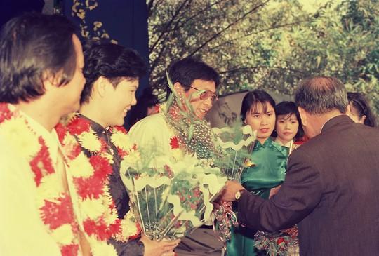 Lại Văn Sâm nhận hoa từ ban tổ chức giải