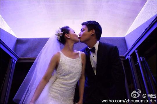 Châu Tấn nhí nhảnh khóa môi chồng trong lễ cưới