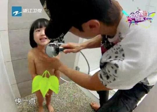"""Ngô Tôn bị """"ném đá"""" vì tắm cho con gái trên ti vi"""