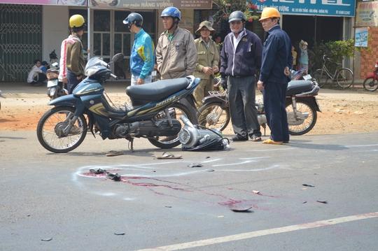 Hiện trường vụ tai nạn giữa xe máy và xe tải làm một người nguy kịch