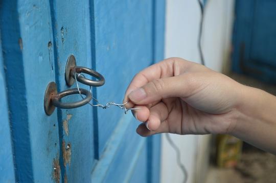 Trước khi đột nhập một phòng trọ, trộm đã dùng dây thép cột cửa bên ngoài các phòng trọ khác