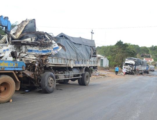 Lực lượng chức năng đã đưa 1 trong 2 chiếc xe sang lề đường để tránh ùn tắc giao thông