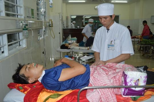 Đến sáng 22-10, em Vũ Thế Bách (SN 1998) vẫn đang trong tình trạng nguy kịch do bị chấn thương sọ não