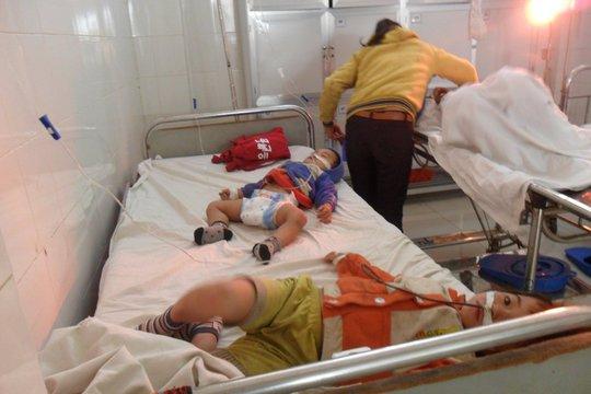 Ba mẹ con chị Dần khi cấp cứu tại bệnh viện