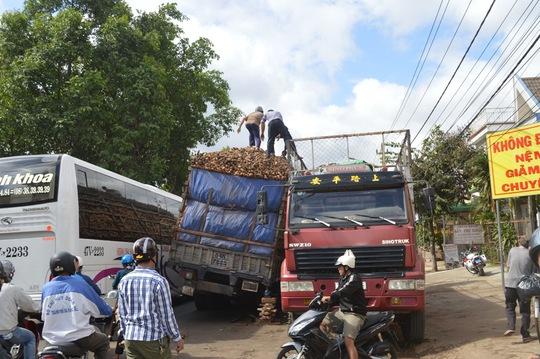 Một chiếc xe tải được điều đến hiện trường để hạ tải