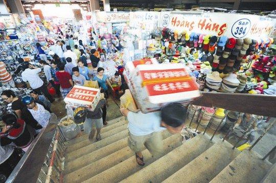 Mức thu nhập thấp của đại bộ phận người Việt Nam là một nguyên nhân để cho hàng hóa giá rẻ tràn vào Việt Nam, đáp ứng được những người có túi tiền eo hẹp. Ảnh: KINH LUÂN