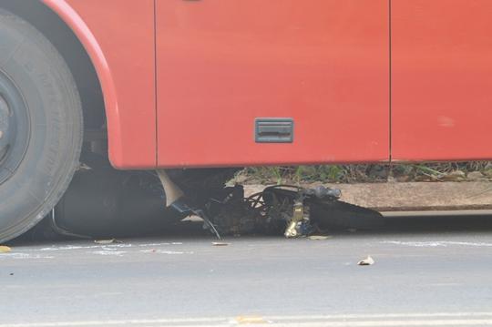 Xe chở công nhân đã kéo lê xe nạn nhân khoảng 200m rồi mới dừng lại