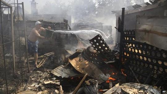 Khu vực sân bay TP Donetsk hứng pháo kích sáng 7-9. Ảnh: AP
