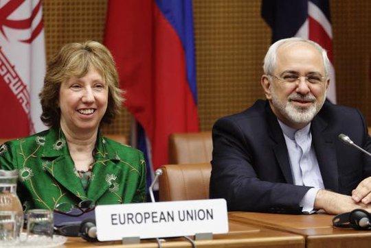 Cao ủy Ngoại giao EU Catherine Ashton (trái) và Bộ trưởng Ngoại giao Iran Mohammad Javad Zarif tại cuộc đàm phán hạt nhân ở Vienna hôm 8-4. Ảnh: Reuters