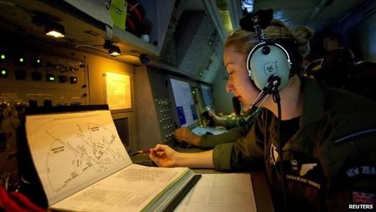 Không quân New Zealand vừa phát hiện 11 đối tượng tại khu vực tìm kiếm mới. Ảnh: Reuters