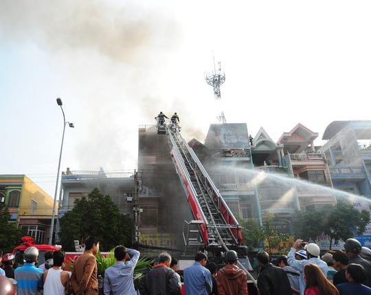 Lực lượng chữa cháy nỗ lực dập lửa