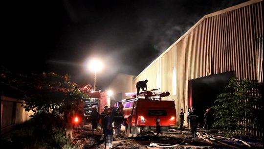 Khói cùng ngọn lửa bốc cao, bao trùm toàn bộ bên trong kho xưởng.