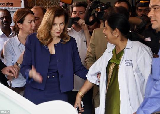 Bà Trierweiler thăm bệnh viện nhi Sion ở Mumbai, Ấn Độ. Ảnh: Reuters