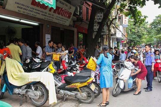 12 giờ trưa, dãy người xếp hàng chờ mua bánh bánh trung thu tại cửa hàng Bảo Phương trên đường Thuỵ Khuê (Tây Hồ, Hà Nội) vẫn còn dài đến hơn 1 km. Anh Lâm Vinh Hùng - nhân viên bảo vệ tại đây cho biết, từ sáng sớm cho tới đầu giờ trưa có hàng nghìn lượt khách đến mua.