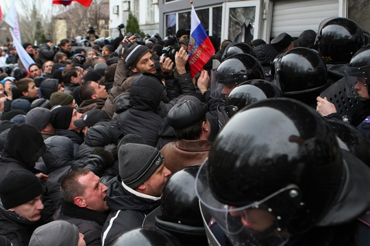 Pro-Russian demonstrators scuffle with police during a rally in Donetsk March 16, 2014 (Reuters / Stringer)
