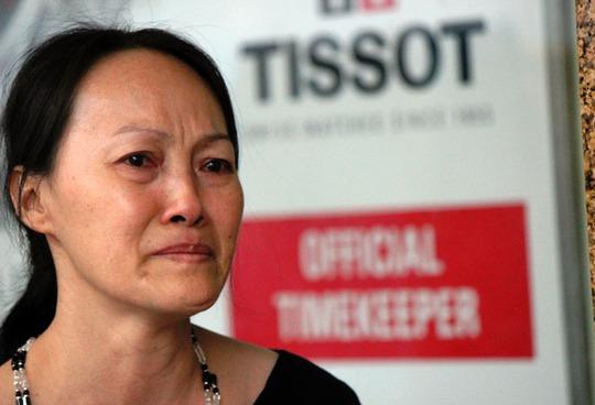 Chị Lâm Thị Vân, một người dân Sài Gòn, đứng lặng khóc khi nghe loa thông báo Thương xá Tax đóng cửa.