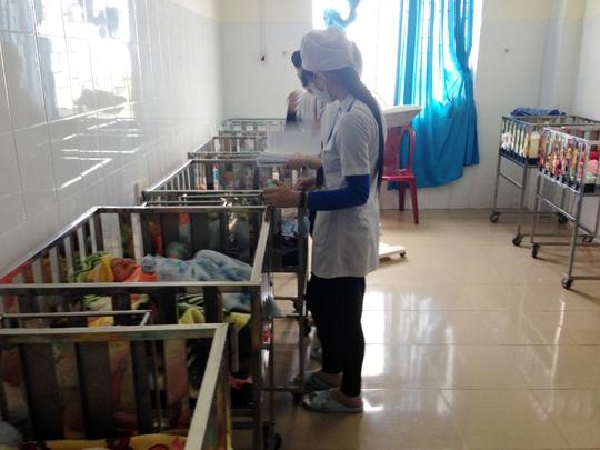 Nhiều trẻ sơ sđược bế trở lại buồng trẻ sơ sinh khi đã khắc phục sự cố cháy do chập điện xảy ra trong đêm.