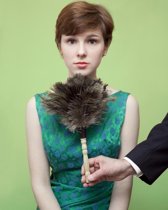 Bạn sẽ gặp rắc rối nếu phe phẩy chổi lông (phủi bụi) dưới cằm phụ nữ. Ảnh: Wired.