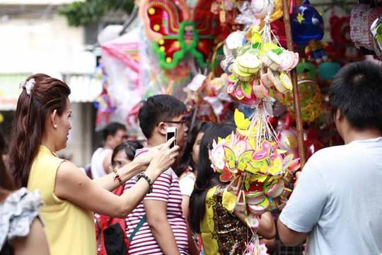 Ngoài các em thiếu nhi thì phố Lương Nhữ Ngọc cũng là nơi những người lớn tìm về ký ức tuổi thơ