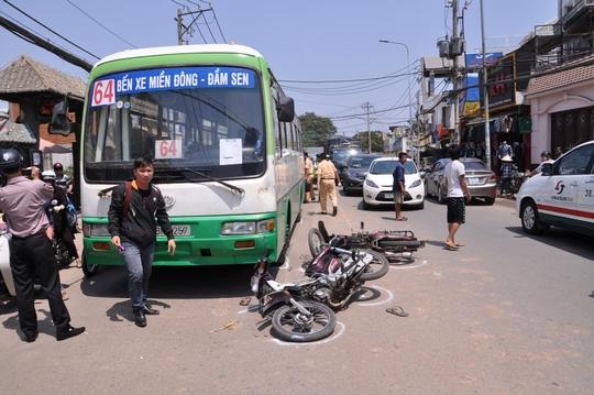 Chiếc xe buýt cách hiện trường vụ tai nạn chưa đầy nửa mét nhưng tài xế đã kịp thời thắng gấp, không để xảy ra tai nạn đáng tiếc.