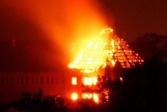 Vụ cháy bùng phát giữa đêm, sáng rực cả một góc phố núi