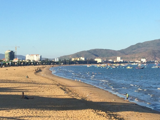 Bãi biển Quy Nhơn với hình vầng trăng khuyết