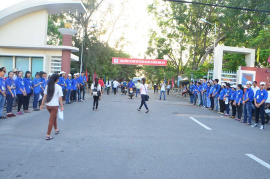 Sinh viên tình nguyện xếp hàng chào đón thí sinh thi ĐH tại Trường ĐH Kinh tế Đà Nẵng