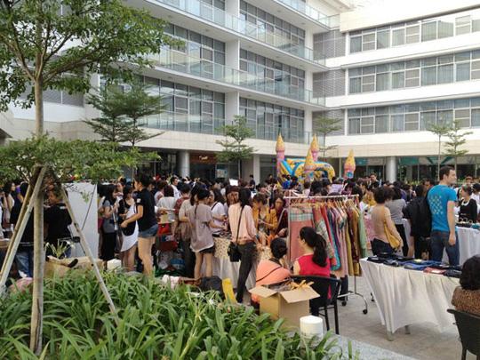 Mỗi phiên chợ đều thu hút hơn 2000 lượt khách trong và ngoài nước đến tham quan, mua sắm.